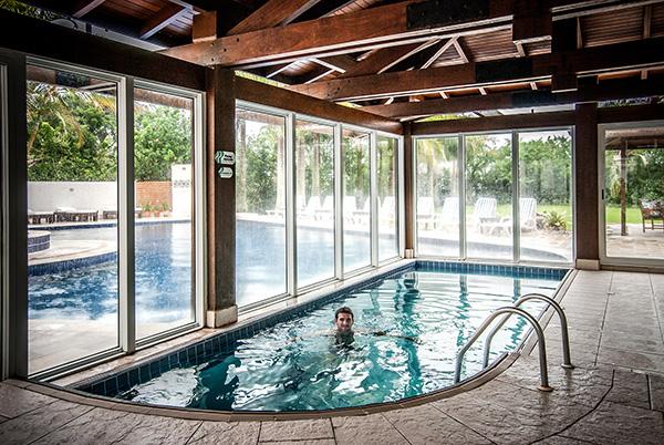 Hotel-Torres-da-Cachoeira-Florianopolis-por-Bruno-Sampaio-piscina-aquecida-2