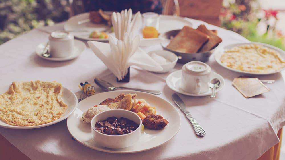 café da manhã mesa decorada hotel