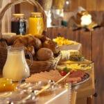 Café da manhã de hotel: saiba como preparar aí na sua casa ☕🥐